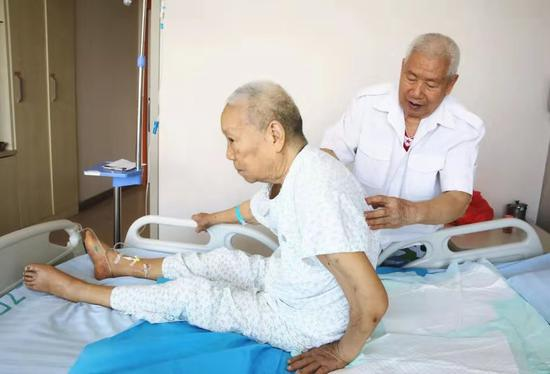 Mối tình 18 năm đầy cảm động của ông cụ dành cho người vợ bị bại liệt: Cả đời này chỉ yêu mình em - Ảnh 1