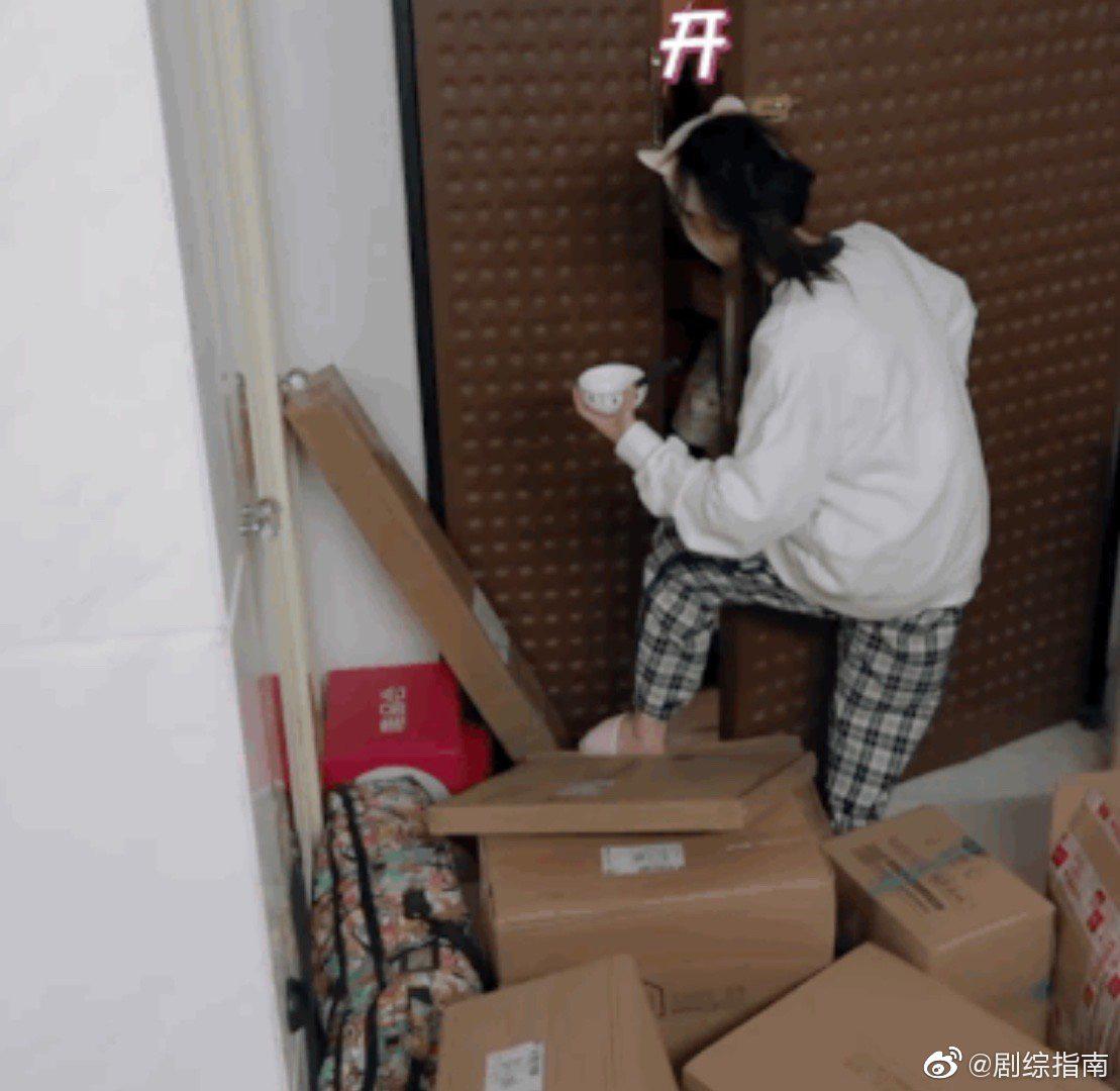Choáng trước căn hộ bề bộn, rác vứt lung tung khiến hàng xóm than phiền của 'Mỹ nhân ngư' Lâm Duẫn - Ảnh 11