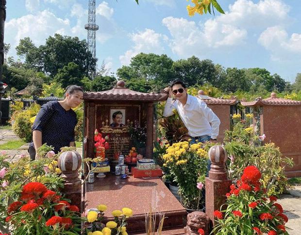 Minh Luân cùng NSND Hồng Vân đến viếng mộ cố nghệ sĩ Anh Vũ vào mùng 5 Tết, tình nghệ sĩ khiến khán giả ấm lòng - Ảnh 1