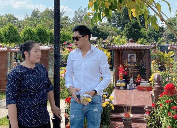 Minh Luân cùng NSND Hồng Vân đến viếng mộ cố nghệ sĩ Anh Vũ vào mùng 5 Tết, tình nghệ sĩ khiến khán giả ấm lòng - Ảnh 2