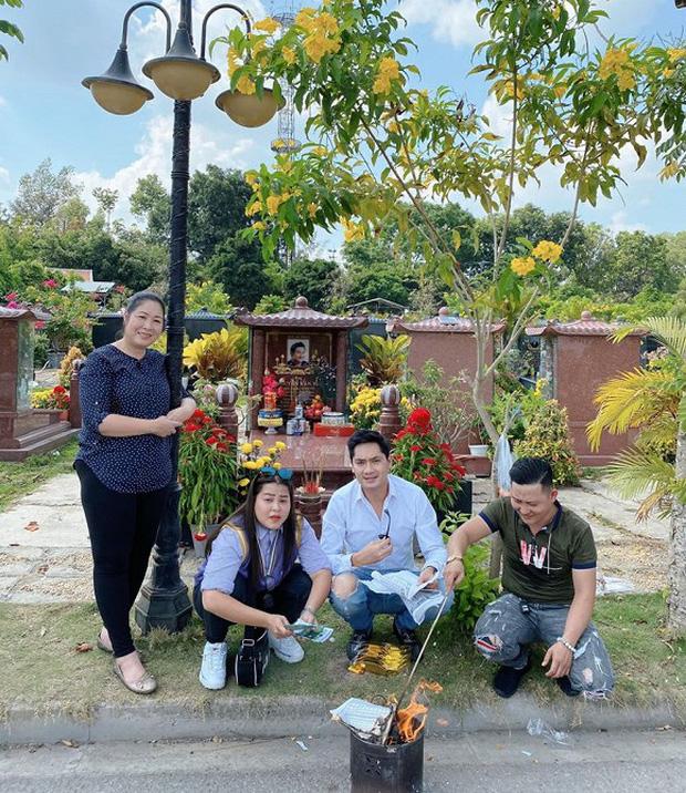 Minh Luân cùng NSND Hồng Vân đến viếng mộ cố nghệ sĩ Anh Vũ vào mùng 5 Tết, tình nghệ sĩ khiến khán giả ấm lòng - Ảnh 4