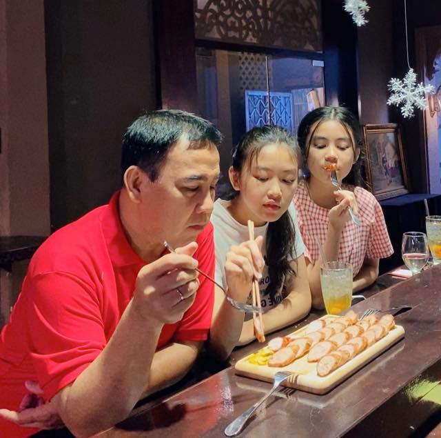 Vợ Quyền Linh khoe ảnh của 2 con gái sau 7 năm: Xinh xuất sắc, dáng đứng như hoa hậu! - Ảnh 5