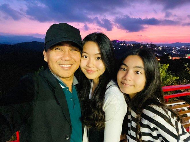 Vợ Quyền Linh khoe ảnh của 2 con gái sau 7 năm: Xinh xuất sắc, dáng đứng như hoa hậu! - Ảnh 7