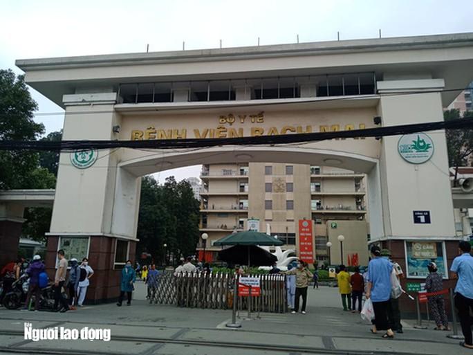 Yêu cầu gần 1.600 người đến Bệnh viện Bạch Mai khám chữa bệnh trong 10 ngày tự cách ly - Ảnh 2