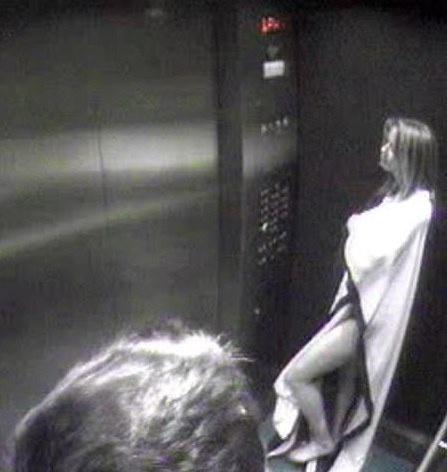 Lộ ảnh Amber Heard âu yếm tỷ phú ở thang máy khi còn là vợ Johnny Depp - Ảnh 1