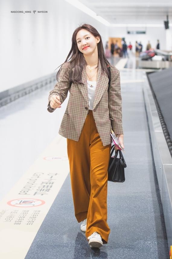Phong cách thời trang chuẩn 'sinh viên đại học' của Na Yeon (Twice) - Ảnh 11