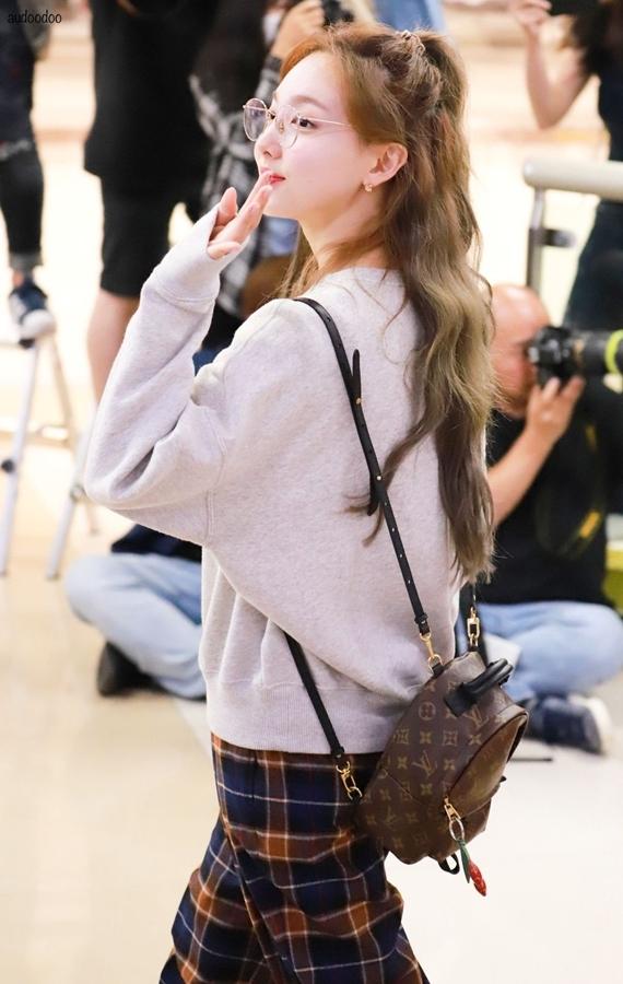 Phong cách thời trang chuẩn 'sinh viên đại học' của Na Yeon (Twice) - Ảnh 8