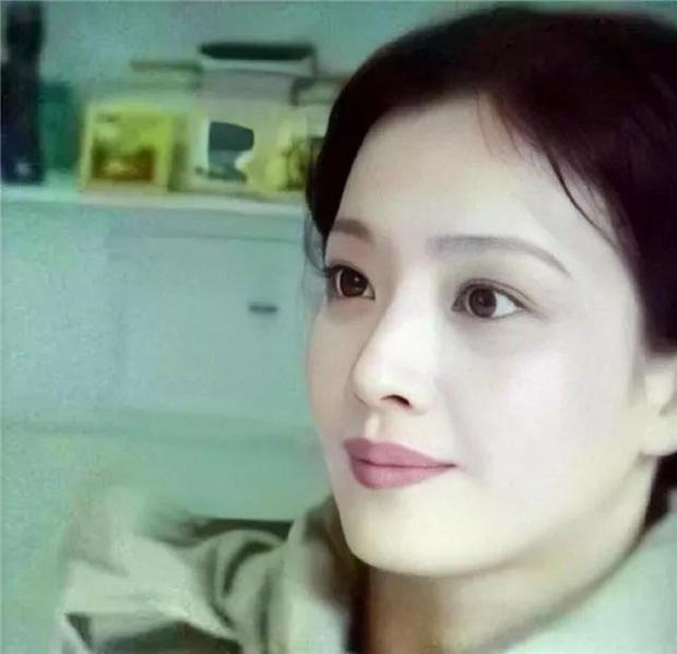 Giữa những tranh cãi về nhan sắc của con gái, hình ảnh mẹ Lưu Diệc Phi bất ngờ được 'đào mộ' khiến dân mạng trầm trồ - Ảnh 3