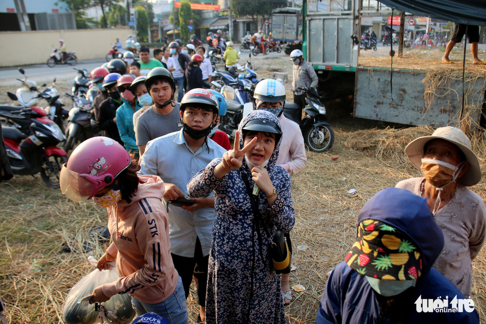 Người Sài Gòn xếp hàng 'giải cứu' dưa hấu, có người mua cả tấn làm từ thiện - Ảnh 1