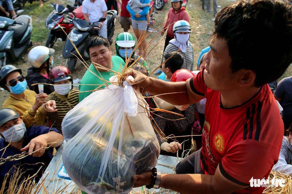 Người Sài Gòn xếp hàng 'giải cứu' dưa hấu, có người mua cả tấn làm từ thiện - Ảnh 2