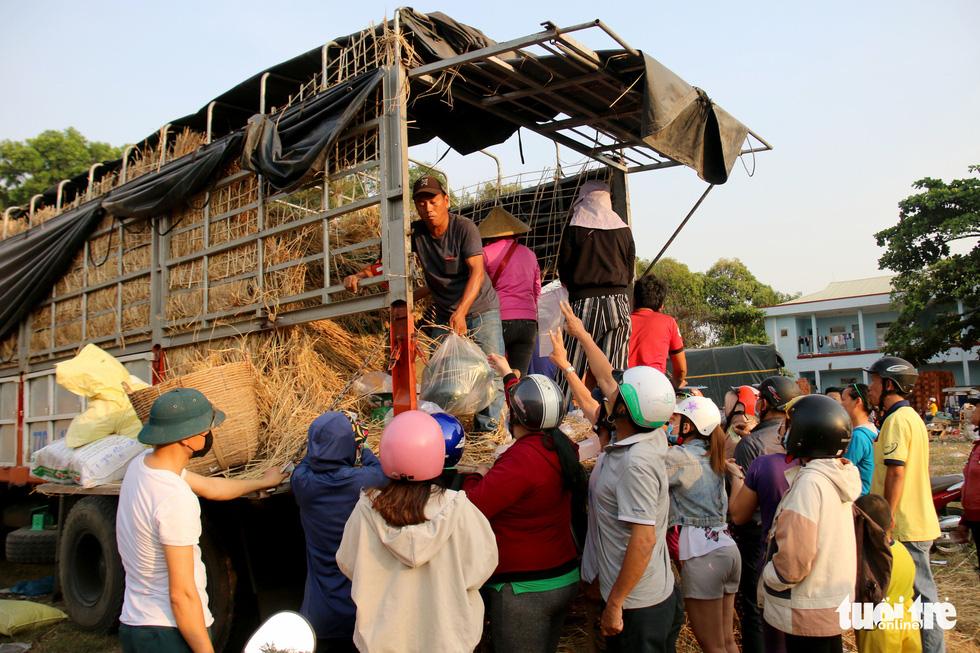 Người Sài Gòn xếp hàng 'giải cứu' dưa hấu, có người mua cả tấn làm từ thiện - Ảnh 4