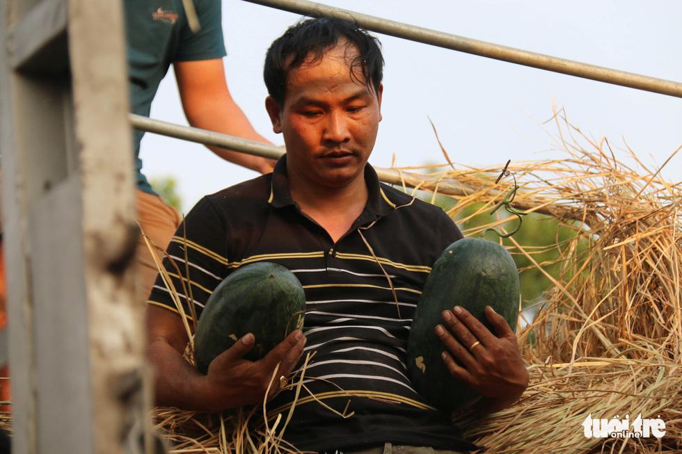 Người Sài Gòn xếp hàng 'giải cứu' dưa hấu, có người mua cả tấn làm từ thiện - Ảnh 6