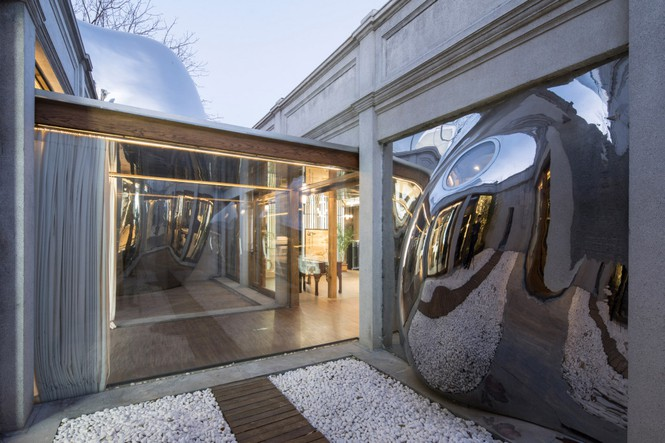Nhà mái hình 'bong bóng' bằng thép không gỉ nổi bật trong khu phố cổ - Ảnh 5