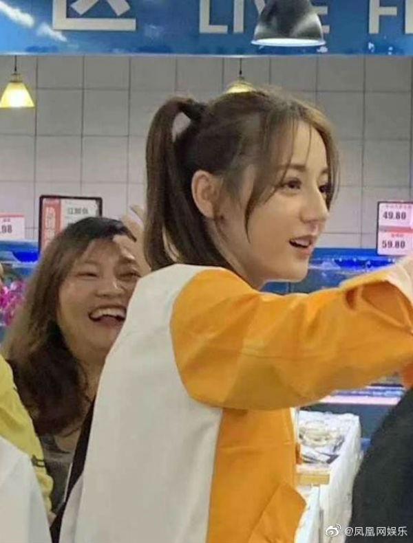 Trong chương trình truyền hình thực tế, Địch Lệ Nhiệt Ba cũng khiến nhiều người điêu đứng với sự trẻ trung, xinh đẹp 1