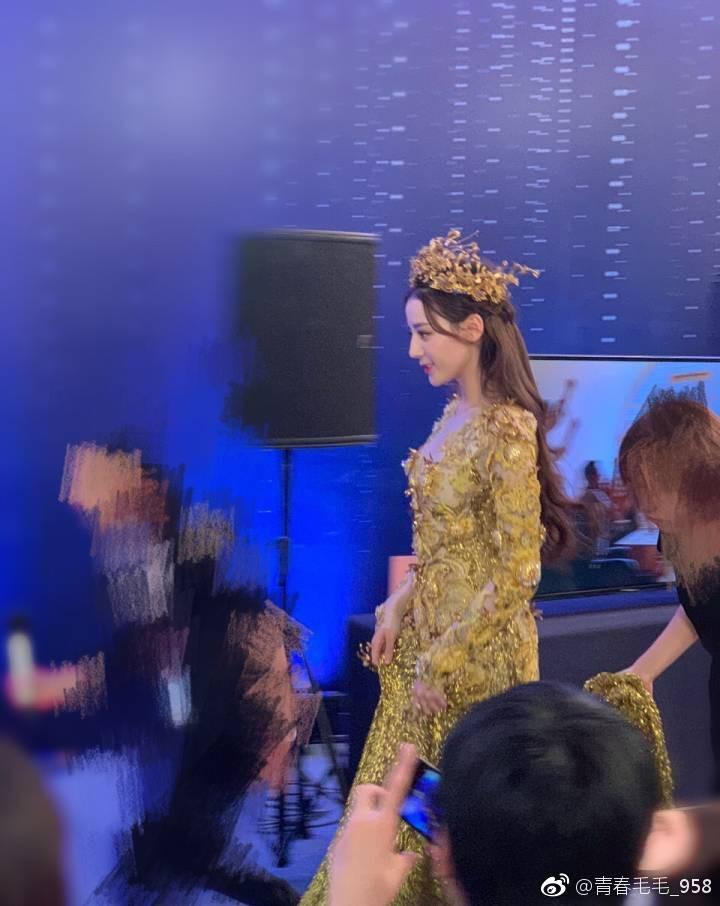 Trong lễ trao giải Kim Ưng, Địch Lệ Nhiệt Ba đẹp áp đảo dù bị chụp trộm 1