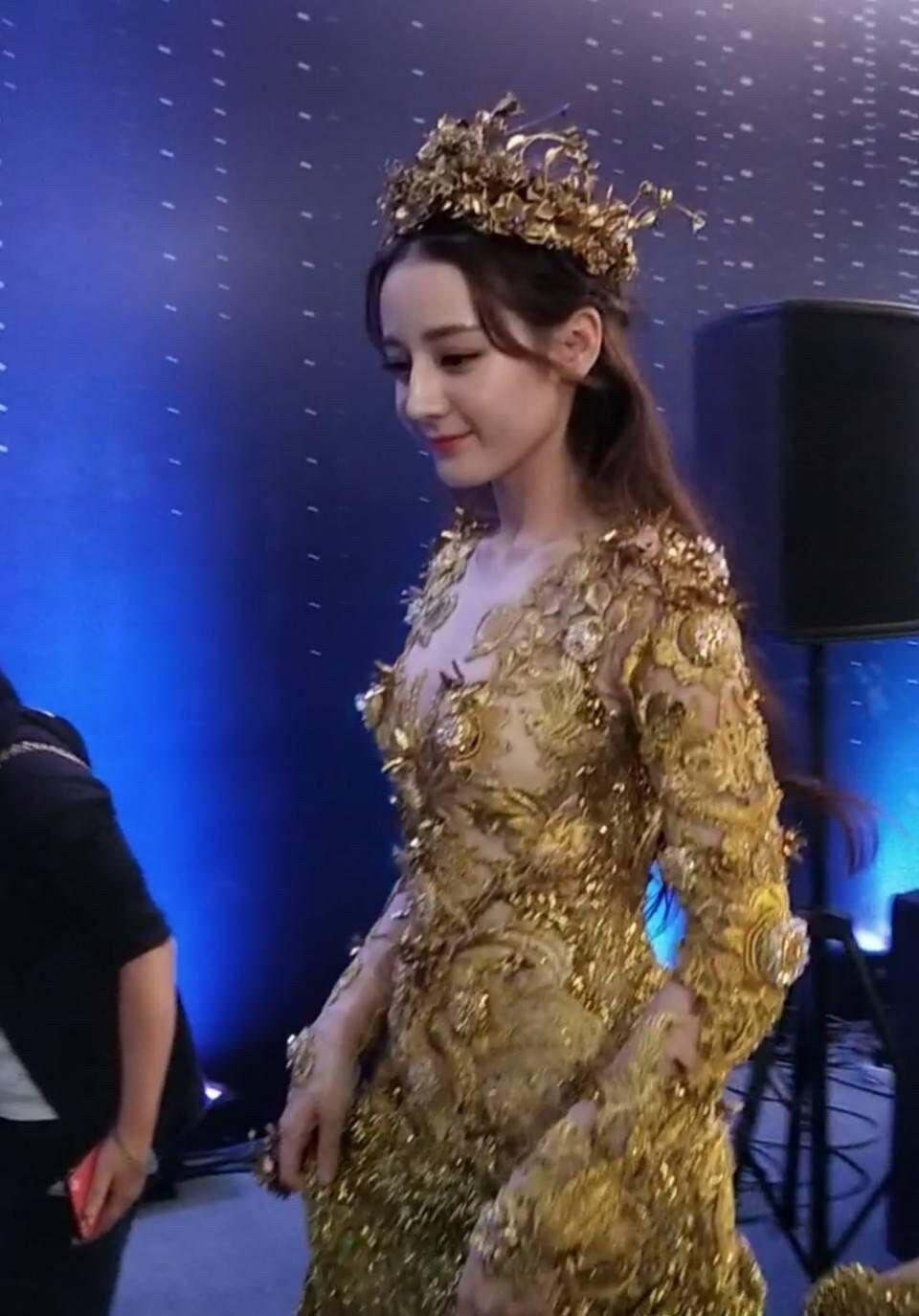Trong lễ trao giải Kim Ưng, Địch Lệ Nhiệt Ba đẹp áp đảo dù bị chụp trộm