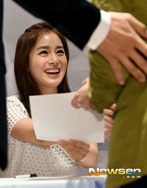 Không thiếu những khoảnh khắc Kim Tae Hee lộ vết chân chim trên mắt