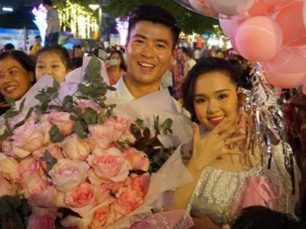 Đồng đội, dân mạng chúc mừng Duy Mạnh cầu hôn thành công bạn gái - Ảnh 1