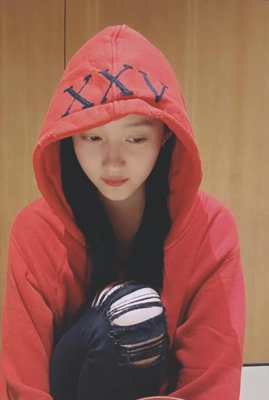 Quan Hiểu Đồng đăng ảnh chúc mừng năm mới nhưng bị 'soi' chiếc áo khoác 'bí ẩn'  - Ảnh 2