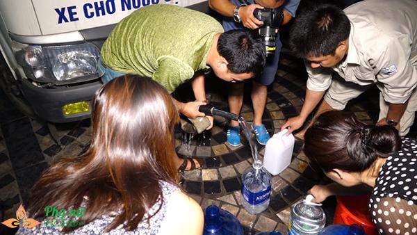 Phụ nữ người già nhiều khu chung cư Hà Nội xếp hàng lấy nước sạch lúc nửa đêm - Ảnh 2