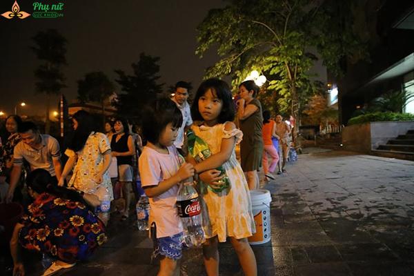 Phụ nữ người già nhiều khu chung cư Hà Nội xếp hàng lấy nước sạch lúc nửa đêm - Ảnh 5