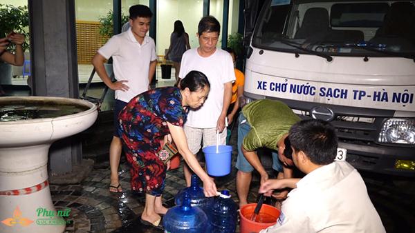 Phụ nữ người già nhiều khu chung cư Hà Nội xếp hàng lấy nước sạch lúc nửa đêm - Ảnh 8