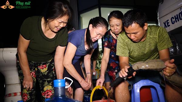 Phụ nữ người già nhiều khu chung cư Hà Nội xếp hàng lấy nước sạch lúc nửa đêm - Ảnh 9