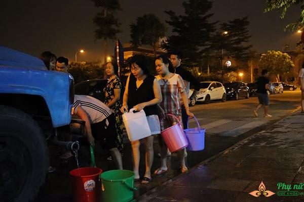 Phụ nữ người già nhiều khu chung cư Hà Nội xếp hàng lấy nước sạch lúc nửa đêm - Ảnh 3
