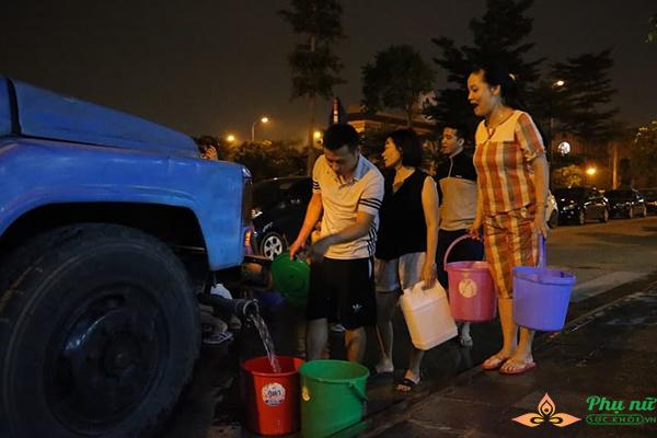 Phụ nữ người già nhiều khu chung cư Hà Nội xếp hàng lấy nước sạch lúc nửa đêm - Ảnh 7