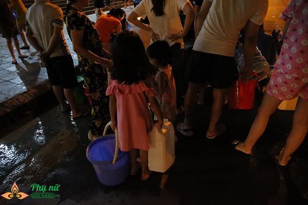 Phụ nữ người già nhiều khu chung cư Hà Nội xếp hàng lấy nước sạch lúc nửa đêm - Ảnh 1