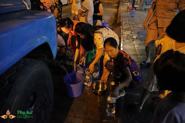 Phụ nữ người già nhiều khu chung cư Hà Nội xếp hàng lấy nước sạch lúc nửa đêm - Ảnh 6
