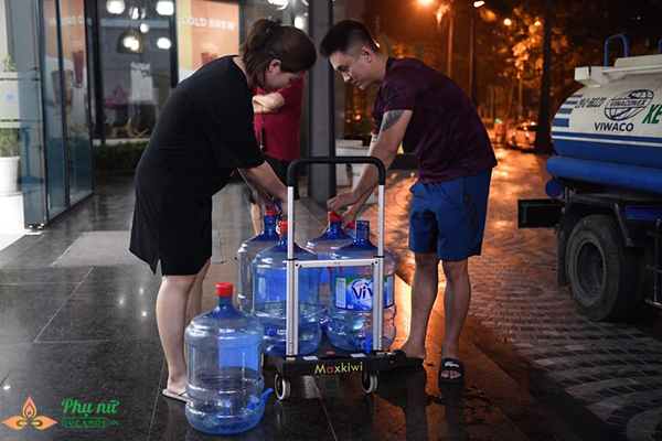 Phụ nữ người già nhiều khu chung cư Hà Nội xếp hàng lấy nước sạch lúc nửa đêm - Ảnh 4