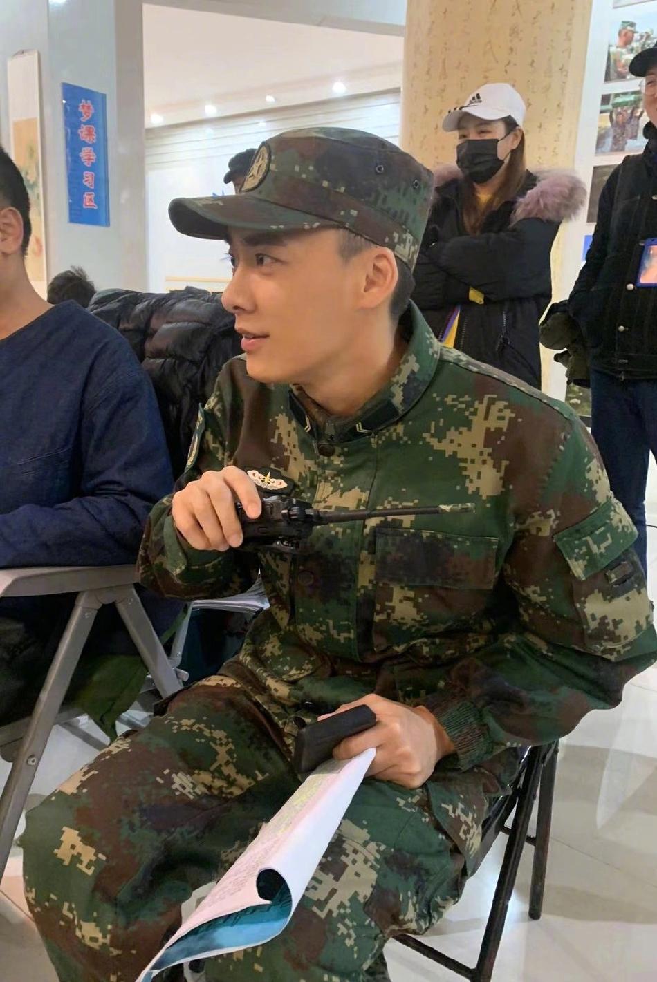 Lý Dịch Phong hóa 'soái ca quân nhân' trong phim mới khiến fan xuýt xoa - Ảnh 2