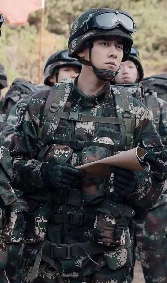Lý Dịch Phong hóa 'soái ca quân nhân' trong phim mới khiến fan xuýt xoa - Ảnh 1