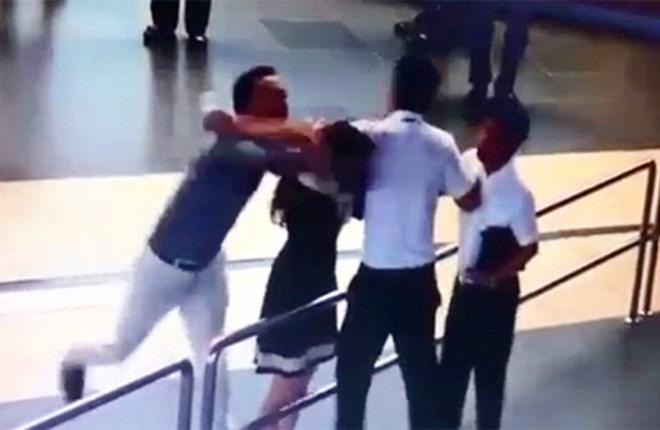 Những vụ hành hung nhân viên hàng không khiến dư luận dậy sóng - Ảnh 3