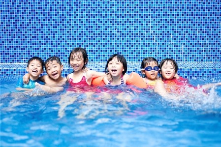 Lưu ý 'vàng' khi đưa trẻ đi bơi trong những ngày nắng nóng gay gắt - Ảnh 1