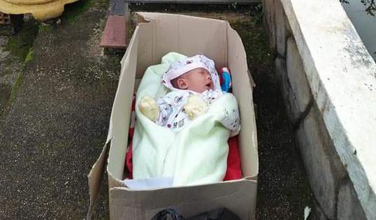 Bé trai 2 tháng tuổi bị bỏ rơi trong thùng giấy - Ảnh 1