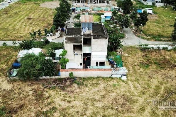 Chuyện lạ ở TP.HCM: Nơi giá đất 300 triệu đồng/m2, biệt thự xây dở không người ở - Ảnh 3