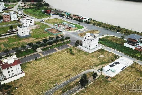 Chuyện lạ ở TP.HCM: Nơi giá đất 300 triệu đồng/m2, biệt thự xây dở không người ở - Ảnh 1