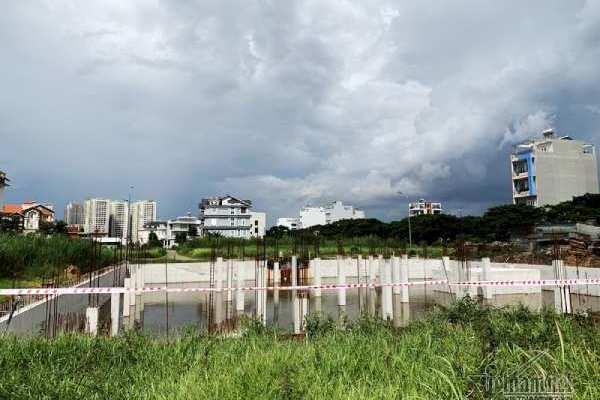 Chuyện lạ ở TP.HCM: Nơi giá đất 300 triệu đồng/m2, biệt thự xây dở không người ở - Ảnh 5