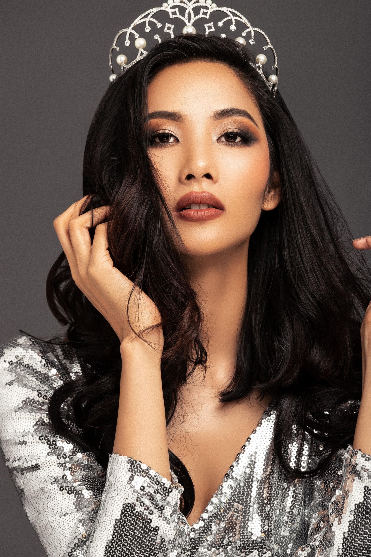 Với danh hiệu Á hậu 1tại cuộc thi Hoa hậu Hoàn vũ Việt Nam 2017 - Hoàng Thùy chính thức là đại diện Việt Nam tại Miss Universe 2019