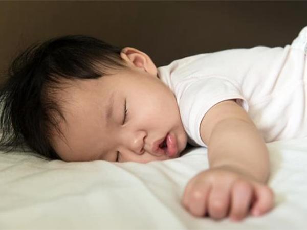 Giải mã tư thế ngủ kỳ lạ của trẻ sơ sinh, loại thứ 3 cực thông minh - Ảnh 1