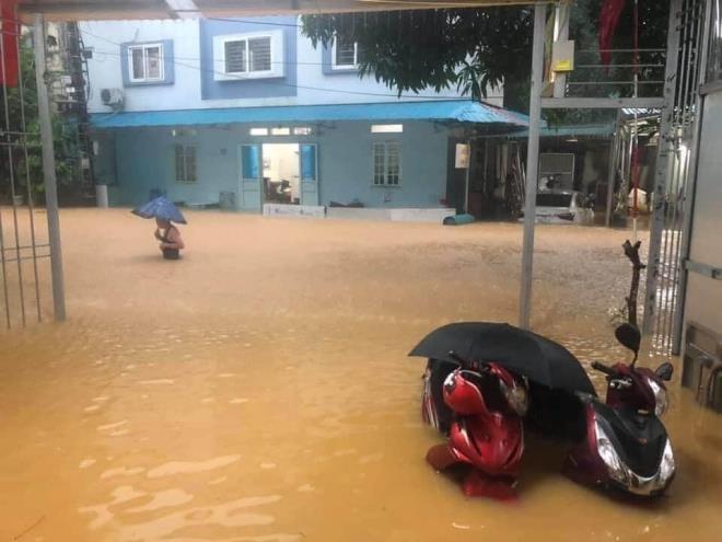 Hà Giang mưa sầm sập từ đêm tới sáng, nhấn chìm nhiều ô tô - Ảnh 1