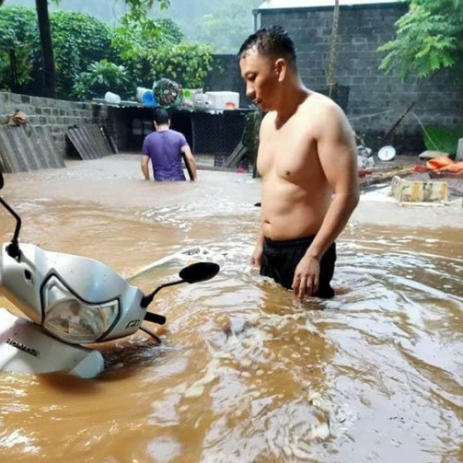 Hà Giang mưa sầm sập từ đêm tới sáng, nhấn chìm nhiều ô tô - Ảnh 2