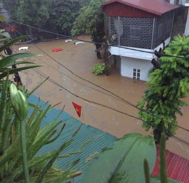 Hà Giang mưa sầm sập từ đêm tới sáng, nhấn chìm nhiều ô tô - Ảnh 3