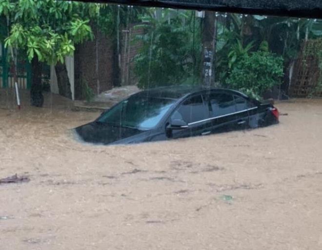 Hà Giang mưa sầm sập từ đêm tới sáng, nhấn chìm nhiều ô tô - Ảnh 4