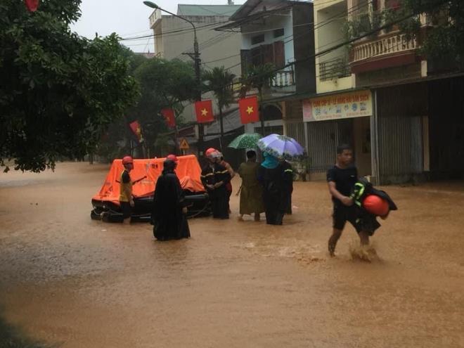 Hà Giang mưa sầm sập từ đêm tới sáng, nhấn chìm nhiều ô tô - Ảnh 5