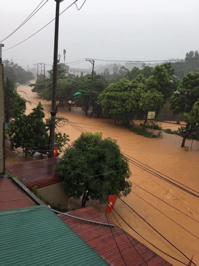 Hà Giang mưa sầm sập từ đêm tới sáng, nhấn chìm nhiều ô tô - Ảnh 6