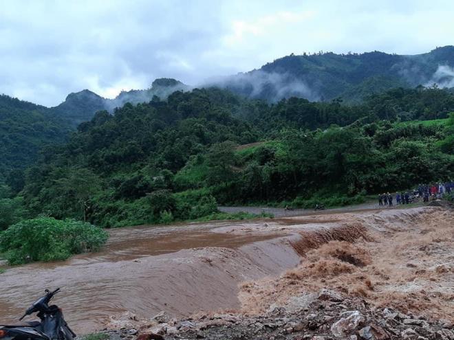 Hà Giang mưa sầm sập từ đêm tới sáng, nhấn chìm nhiều ô tô - Ảnh 7
