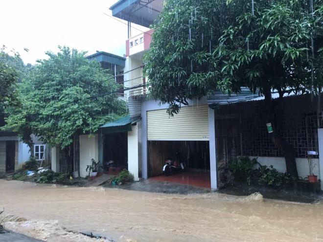 Hà Giang mưa sầm sập từ đêm tới sáng, nhấn chìm nhiều ô tô - Ảnh 8